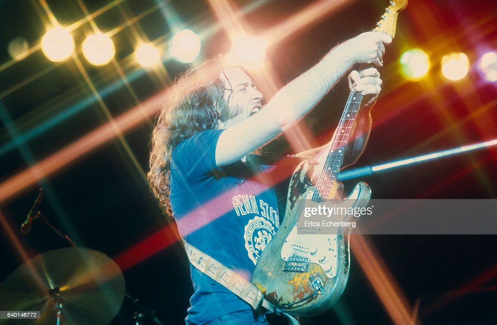 Les Poses Improbables de Rory - Page 11 Rory-gallagher-performs-on-stage-in-london-1975-picture-id540146772