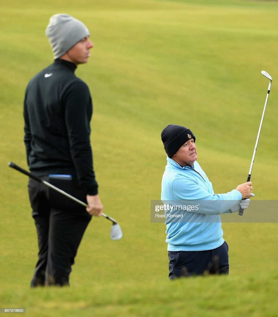 Rory McIlroy of Northern Ireland watch his Dad, Gerry McIlroy during practice prior to the 2017 Alfred Dunhill Links Championship at The Old Course on October 4, 2017 in St Andrews, Scotland.