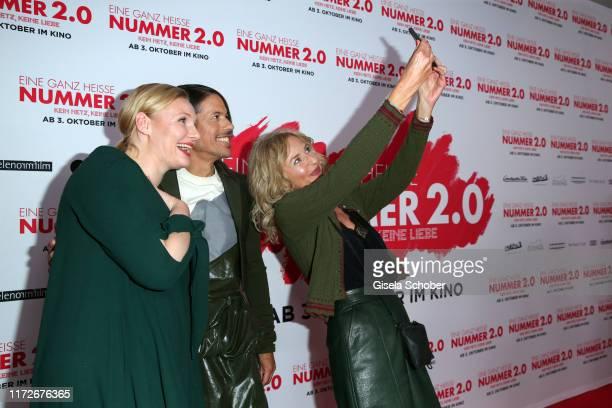 Rosalie Thomass Jorge Gonzalez and Franziska Schlattner take a selfie during the premiere of Eine ganz heiße Nummer 20 at Mathaeser Kino on September...