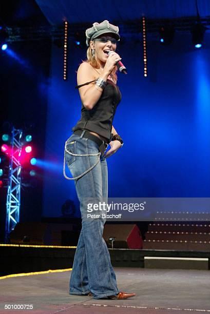 Rosanna Rocci 'Die grosse WDR 4SchlagerStarparade' Oberhausen Sängerin Auftritt Bühne Mikrophon Mütze Promi PNr1099/2003 HS Foto PBischoff/CD