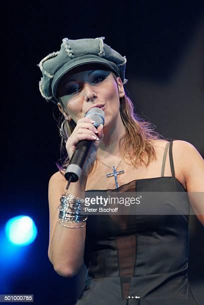 Rosanna Rocci 'Die grosse WDR 4SchlagerStarparade' Oberhausen Sängerin Auftritt Bühne Kette Anhänger Kreuz Schmuck Talisman Mikrophon Mütze Promi...