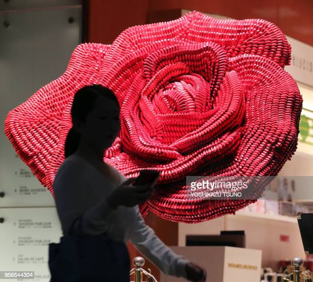 Rose géante composée de 6000 batons de rouge à lèvres lors d'une opération promotionnelle sur le maquiillage 'Cle de peau Baute' de la marque...