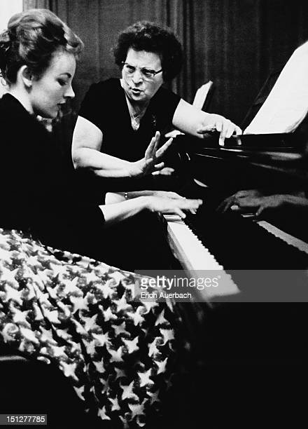 Rose InlanderGover holds a piano masterclass at 30 Arkwright Road in northwest London 5th May 1963 21yearold pianist Rhondda Gillespie from Sydney...