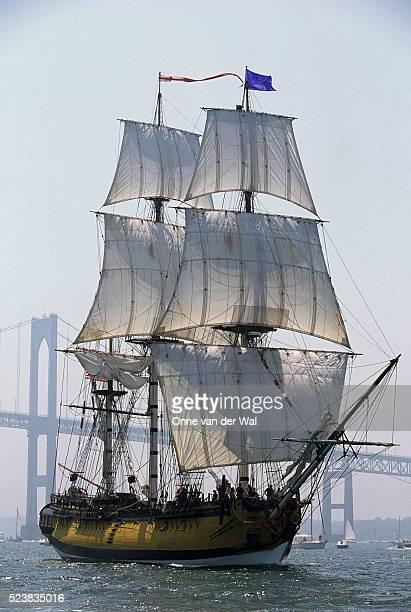 hms rose sailing in narragansett bay - vaisseau de guerre photos et images de collection