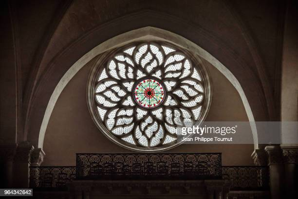 rose window in saint léger church (eglise saint-léger), in cognac, france - charente stock pictures, royalty-free photos & images
