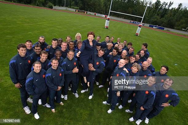 Roselyne Bachelot And France Rugby Team L'équipe de France de rugby portant en triomphe Roselyne BACHELOT ministre de la Santé et des Sports venue...