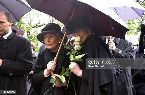 Rosemarie Drache Tochter Nicole Ullrich Beisetzung von Heinz Drache Friedhof St Annen BerlinDahlem Beerdigung Tränen weinen Rose Blumen