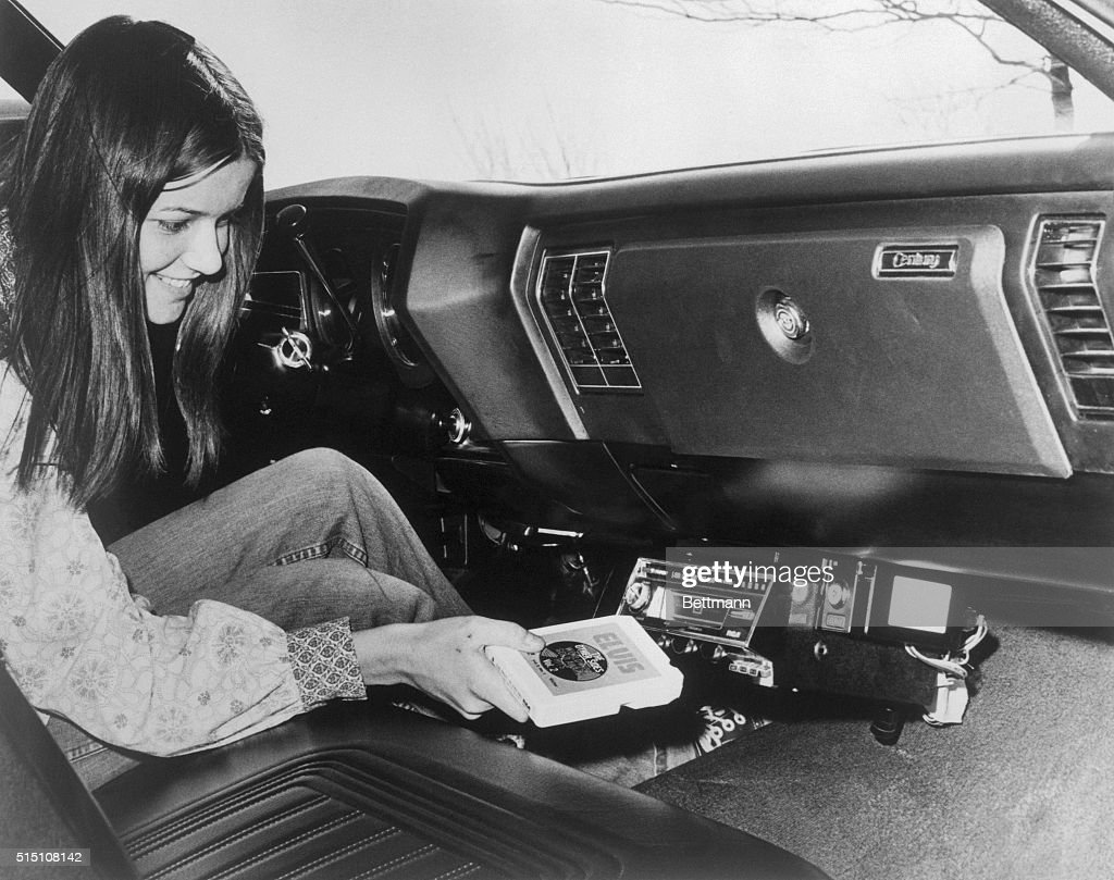 Woman Inserting Eight-Track Tape in Car Stereo : ニュース写真