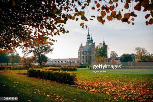 castelo de rosenborg e jardim do rei no outono - ponto turístico nacional - fotografias e filmes do acervo