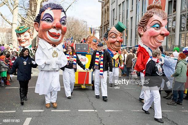 rosenmontagszug, street karneval auf die rose monday in mainz, deutschland - paraden stock-fotos und bilder