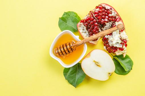 Rosh hashana jewish holiday concept - apples, honey, pomegranate 1022868816