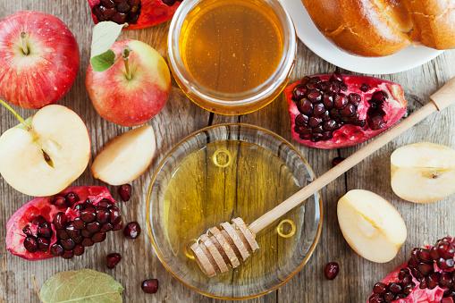 Rosh Hashana, Jewish New Year Holiday, honey, apple, pomegranate, hala 485261898