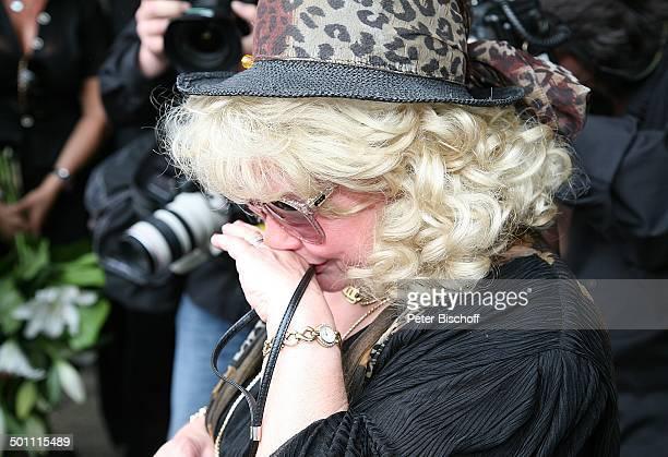 Rosi Jacob Ankunft zur Beisetzung und Trauerfeier von Schwester Hannelore Jacob TrauerGäste Waldfriedhof Buchenhausen NeuIsenburg Hessen Deutschland...