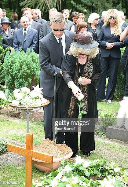 Rosi Jacob gestützt von Sohn Lars dahinter TrauerGäste am UrnenGrab von Hannelore Jacob Beisetzung und Trauerfeier von Schwester Hannelore Jacob...