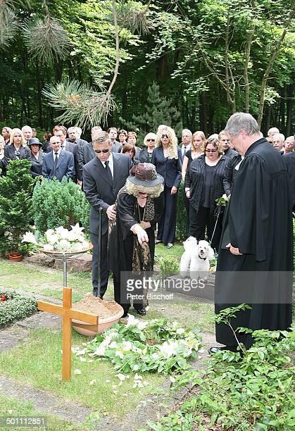 Rosi Jacob gestützt von Sohn Lars Pastor dahinter TrauerGäste am UrnenGrab von Hannelore Jacob Beisetzung und Trauerfeier von Schwester Hannelore...
