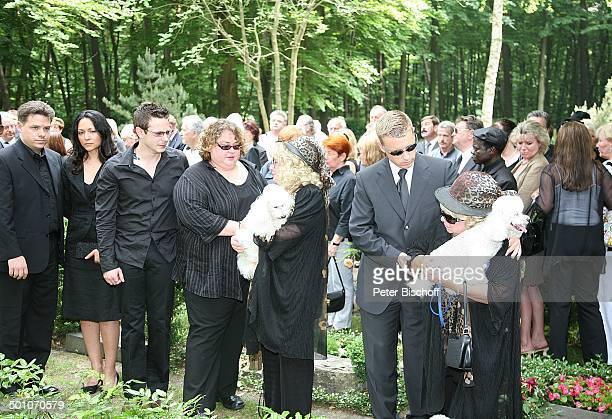 Rosi Jacob mit Pudel gestützt von Sohn Lars Eva Jakob deren Tochter Angela und Sohn René Jens Jakob mit Freundin dahinter TrauerGäste am UrnenGrab...