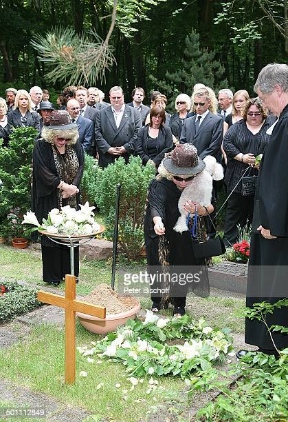 Rosi Jacob Schwester Johanna Jacob mit ihrem Pudel Pastor dahinter TrauerGäste am UrnenGrab von Hannelore Jacob Beisetzung und Trauerfeier von...