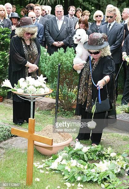 Rosi Jacob Schwester Johanna Jacob mit ihrem Pudel TrauerGäste am UrnenGrab von Hannelore Jacob Beisetzung und Trauerfeier von Schwester Hannelore...