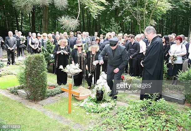 Rosi Jacob Schwester Johanna Jacob Schwester Eva Jacob am Grab von Hannelore Jacob UrnenTräger Pastor TrauerGäste Beisetzung und Trauerfeier von...