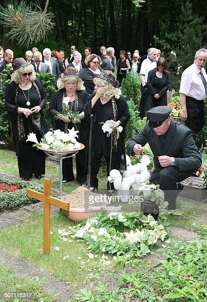 Rosi Jacob Schwester Johanna Jacob Schwester Eva Jacob am Grab von Hannelore Jacob UrnenTräger beim herablassen der Urne Pastor TrauerGäste...