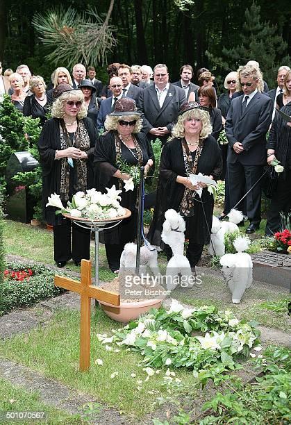 Rosi Jacob Schwester Johanna Jacob Schwester Eva Jacob mit ihren Pudeln TrauerGäste am UrnenGrab von Hannelore Jacob Beisetzung und Trauerfeier von...