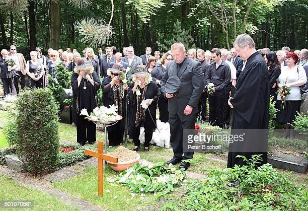 Rosi Jacob Schwester Johanna Jacob Schwester Eva Jacob Pastor Bestatter TrauerGäste am Grab von Hannelore Jacob Beisetzung und Trauerfeier von...