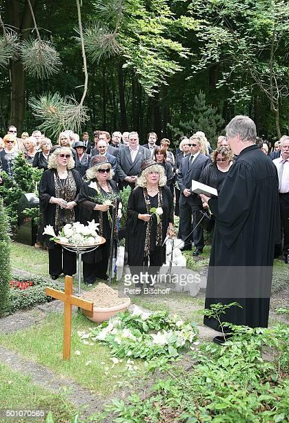 Rosi Jacob Schwester Johanna Jacob Schwester Eva Jacob Pastor TrauerGäste am UrnenGrab von Hannelore Jacob Beisetzung und Trauerfeier von Schwester...