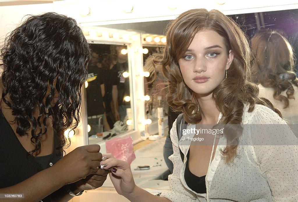London Fashion Week Spring/Summer 2006 - Amanda Wakeley - Runway : News Photo