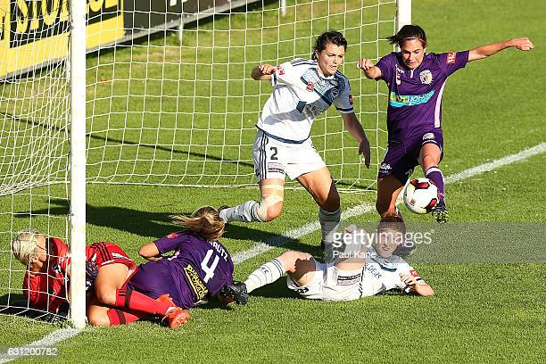 Rosie Sutton of the Glory sets to kick a goal during the round 11 WLeague match between the Perth Glory and Melbourne Victory at Dorrien Gardens on...