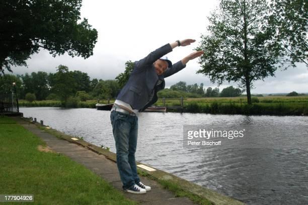 Ross Antony, in Neu Hegoland an der Hamme, Künstlerdorf Worpswede, Niedersachsen, Deutschland, Europa, Cappy, Schirmmütze, Fluss, Sänger, Moderator,...