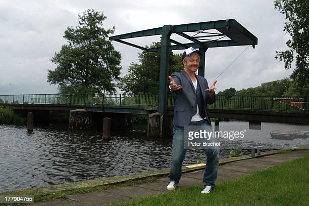 Ross Antony, vor Zugbrücke , Künstlerdorf Worpswede, Niedersachsen, Deutschland, Europa, Cappy, Schirmmütze, Fluss, Sänger, Moderator,...