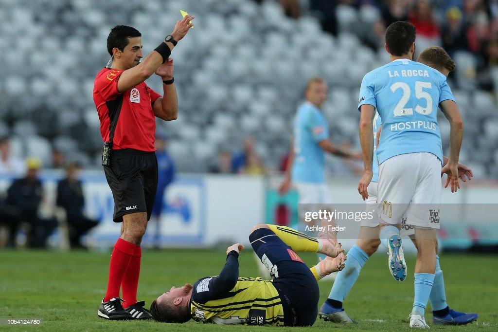 A-League Rd 2 - Central Coast v Melbourne : News Photo