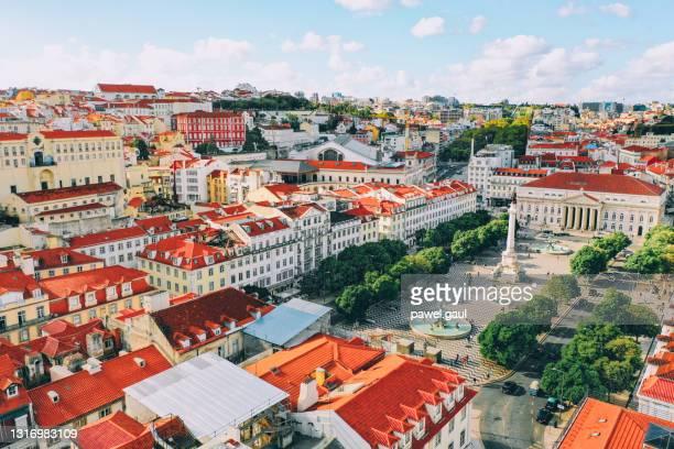ロシオ広場の街並みリスボンポルトガル航空写真 - バイシャ ストックフォトと画像