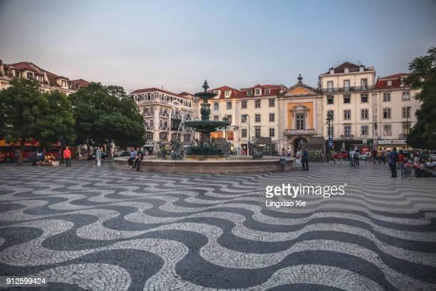 rossio square (pedro iv square) in central lisbon at dusk, portugal - ロッシオ広場 ストックフォトと画像