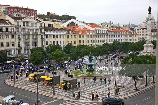 rossio square, square of wavy pattern of cobblestones, with baroque fountain and monument topped by dom pedro iv, 19th century, surrounded by cafes, lisbon, portugal - ロッシオ広場 ストックフォトと画像