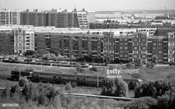 Rostock / Blick auf das Neubaugebiet RostockSchmarl mit dem Ueberseehafen zwischen Rostock und Warnemuende Die erste Wohnplatte wurde in Schmarl 1977...