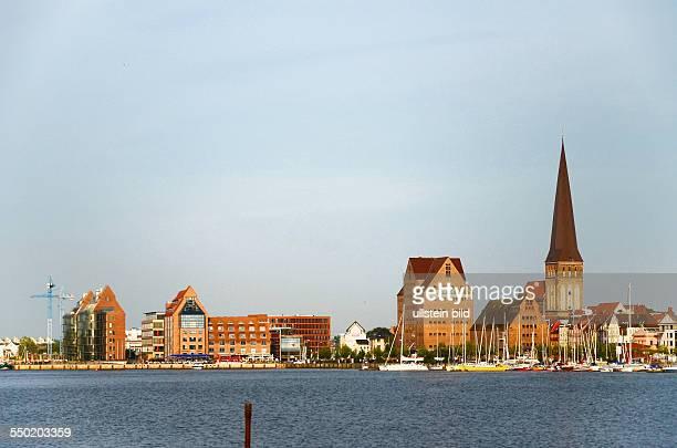 Rostock, Blick ueber die Unterwarnow zur Stadt mit Petrikirche