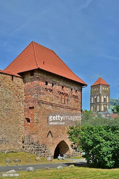 Rostock das Kuhtor aus der 2 Haelfte des 13 Jh ist das aelteste Stadttor Norddeutschlands Heute beherbergt es das Literaturhaus Rostock im...