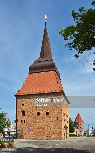 Rostock, das Steintor, ein Renaissancebau, mit Inschrift, Siegel und Ratswappen wurde 1577 erbaut, im Hintergrund der Lagebuschturm