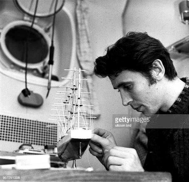 Rostock / Fischfang / Hochseefischerei / Dezember 1968/ Freizeitbeschaeftigung auf dem Fangund Verarbeitungsschiff Luis Fuernberg Neben dem Modellbau...