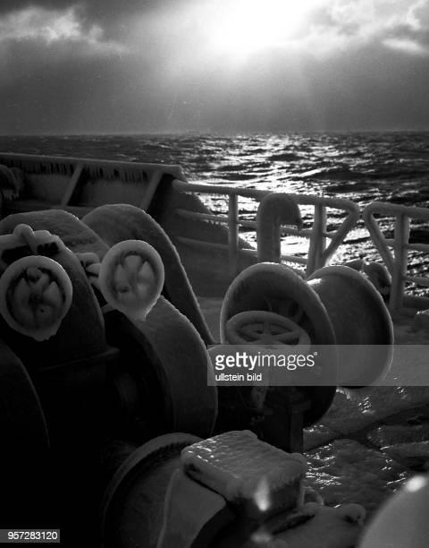 Rostock / Fischfang / Hochseefischerei / Dezember 1968 / Vereiste Ankerwinde auf dem Vorschiff des Fangund Verarbeitungsschiff Luis Fuernberg...