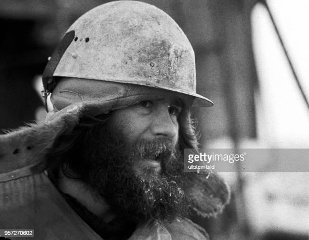 Rostock / Fischfang / Hochseefischerei / Februar 1977 / Bestmann Klaus Funk stammt aus Potsdam Rund um die Uhr auch Sonnund Feiertags wird in...