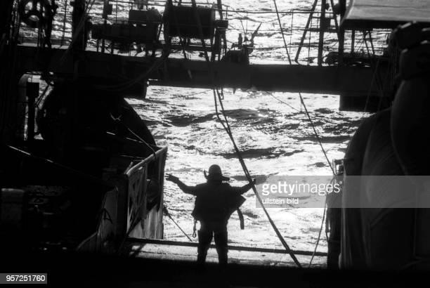 Rostock / Fischfang / Hochseefischerei / Februar 1977 / Hiev up das Kommando von Bestmann Klaus Funk zum hieven des Netzes Zubringer Trawler Philipp...