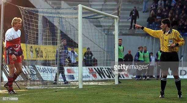 1 BUNDESLIGA 00/01 Rostock HANSA ROSTOCK FC BAYERN MUENCHEN 32 Schiedsrichter Markus MERK zeigt Stefan EFFENBERG/Bayern die GELBE KARTE