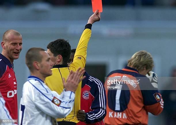 Rostock; HANSA ROSTOCK - FC BAYERN MUENCHEN 3:2; Schiedsrichter Markus MERK zeigt Torwart Oliver KAHN/Bayern die ROTE KARTE