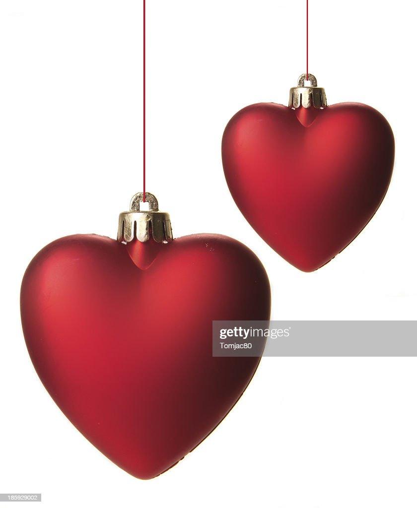 Rote Christbaumkugeln.Rote Christbaumkugeln In Herzform Isoliert Hangend Mit