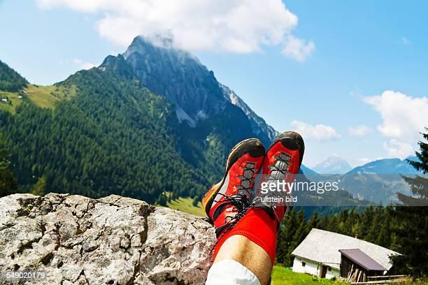 Rote Wanderschuhe bei einer Wanderung in den Bergen von Österreich. Aktivität in der Freizeit