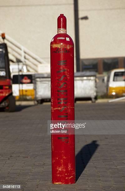 Rote Wasserstoffflasche von der Firma Linde Aufgenommen um 1990