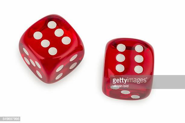 Rote Würfel Symbolfoto für Glücksspiel Risiko und Spielsucht