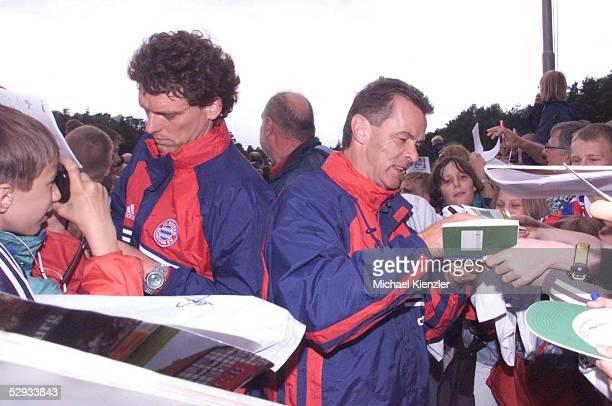 Rotenburg/Wuemme TRAINING FC BAYERN MUENCHEN COTRAINER Michael HENKE und TRAINER Ottmar HITZFELD geben den Fans Autogramme